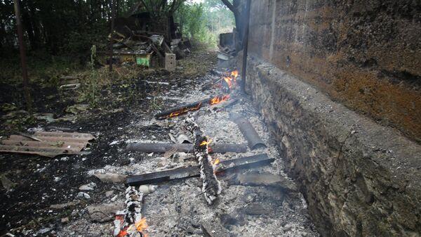У здания, подвергшегося пожару вследствие обстрела 6 сентября, в селе Роза Новоазовского района Донецкой области