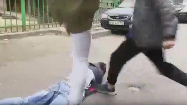 Кадр из видео, на котором подростки избивают сверстника после ссоры в соцсетях
