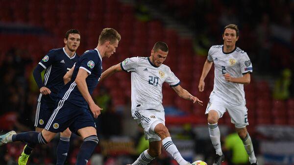 Полузащитник сборной России Алексей Ионов (в центре) в матче со сборной Шотландии