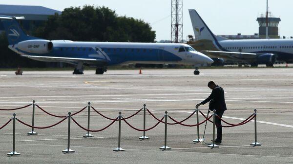 Сотрудник безопасности на взлетной полосе аэропорта Борисполь