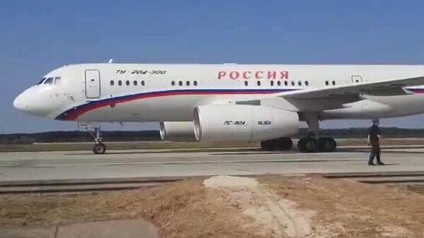 Российский самолет Ту-204 в аэропорту перед вылетом в Москву. Стоп-кадр видео