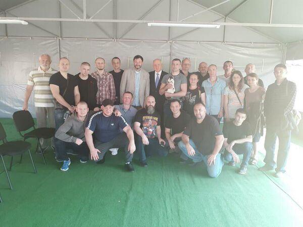 Кирилл Вышинский и другие освобожденные россияне перед отправкой из Киева в Москву