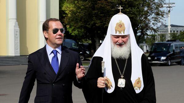 Дмитрий Медведев и патриарх Московский и всея Руси Кирилл перед началом торжественных мероприятий на ВДНХ, посвященных празднованию Дня города Москвы