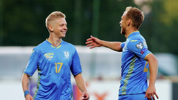 Футболисты сборной Украины Александ Зинченко (слева) и Сергей Болбат