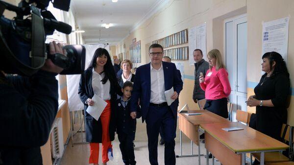 Временно исполняющий обязанности губернатора Челябинской области Алексей Текслер с семьей голосует на выборах губернатора в единый день голосования на избирательном участке в Челябинске