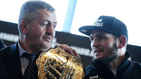 Российский боец MMA Хабиб Нурмагомедов (справа) и его отец Абдулманап Нурмагомедов