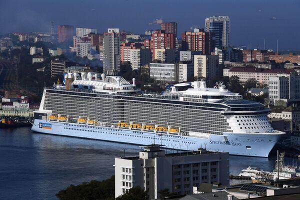 Круизный лайнер Spectrum of the Seas прибыл в порт Владивостока. Лайнер базируется в Шанхае и выполняет круизы в Японию