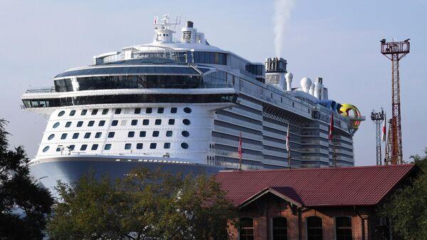 Круизный лайнер Spectrum of the Seas прибыл в порт Владивостока. Лайнер базируется в Шанхае и выполняет круизы в Японию.