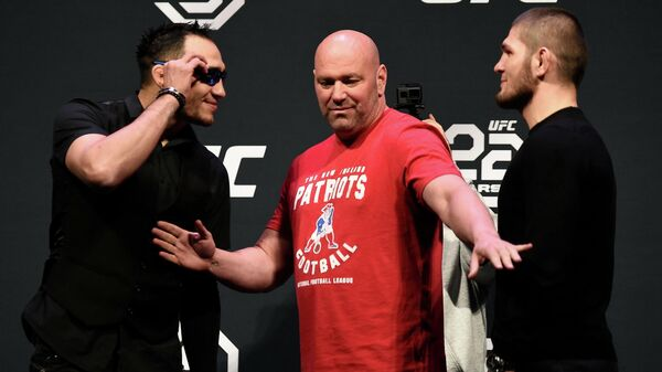 Бойцы смешанных единоборств Тони Фергюсон (слева) и Хабиб Нурмагомедов (справа) вместе с президентом UFC Дэйной Уайтом