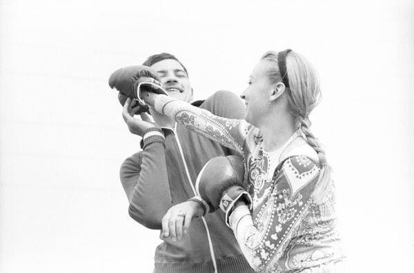 Советский боксер, заслуженный мастер спорта СССР, олимпийский чемпион Вячеслав Лемешев с супругой Оксаной.