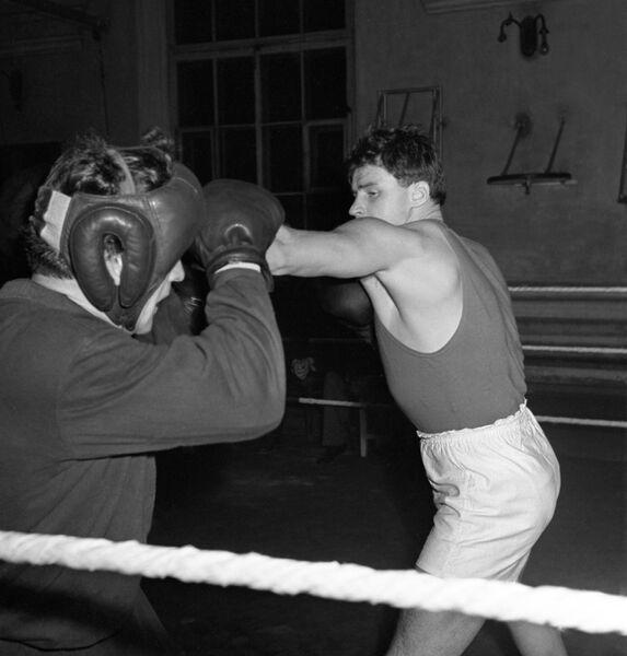 Советский боксер, чемпион XVI Олимпийских игр 1956 года (Мельбурн) Геннадий Иванович Шатков на тренировке.