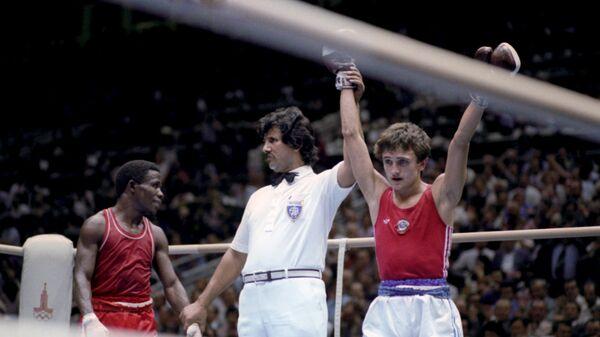 Финал соревнований по боксу в весовой категории до 48 кг. Олимпийский чемпион советский боксер Шамиль Сабиров (справа) и серебряный призер Игр-80 кубинский боксер Иполито Рамос.