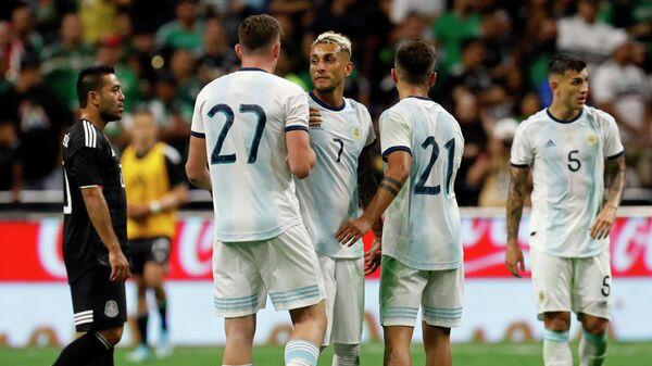 Футболисты сборной Аргентины радуются забитому мячу