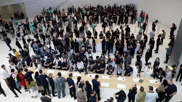 Посетители на презентации новинок компании Apple