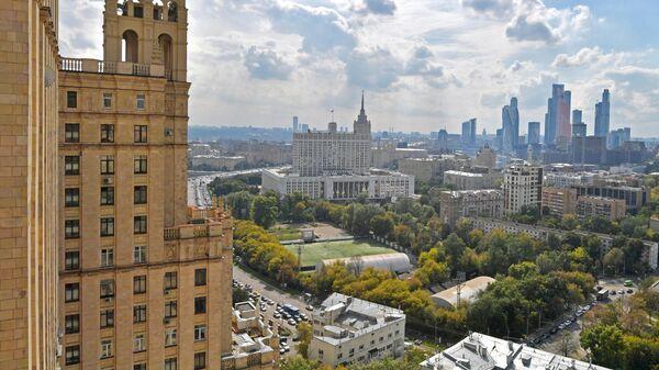 Вид на небоскребы делового центра Москва-Сити с высотного дома на Кудринской площади в Москве