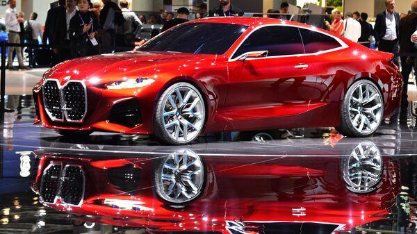 Посетители у автомобиля BMW Concept 4 на международном автомобильном салоне во Франкфурте