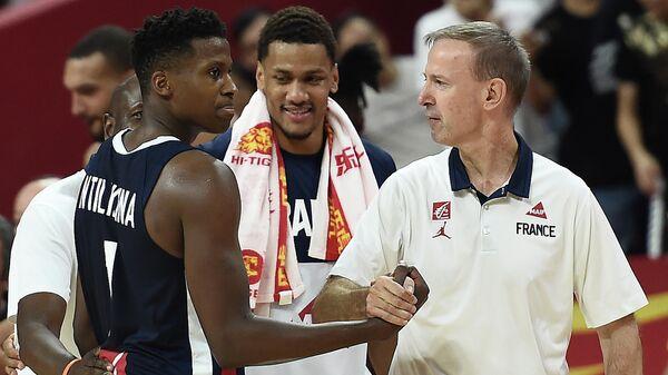 Главный тренер сборной Франции по баскетболу Венсан Колле (справа) и игрок Франк Нтиликина