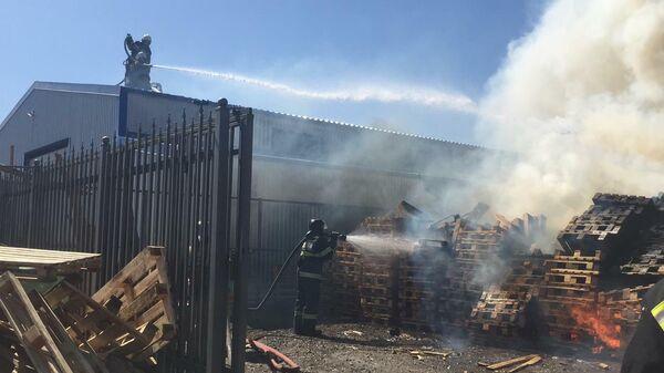 Сотрудники МЧС во время ликвидации пожара в краснодарском поселке Индустриальный