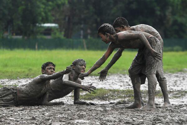 Дети играют в игру Кабадди в Калькутте
