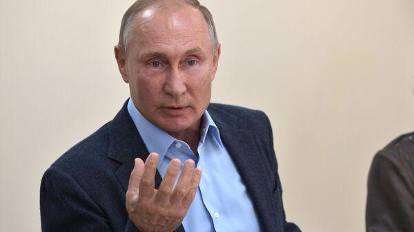 Президент РФ Владимир Путин во время встречи с местными жителями, принимавшими участие в контртеррористической операции на территории Дагестана в 1999 году