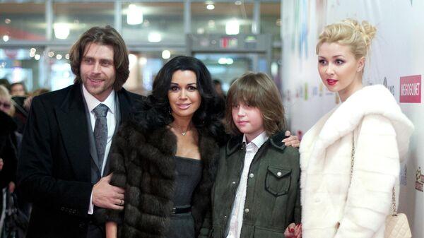 Актриса Анастасия Заворотнюк с супругом, фигуристом Петром Чернышевым и сыном Майклом перед началом премьеры фильма Мамы в кинотеатре Октябрь