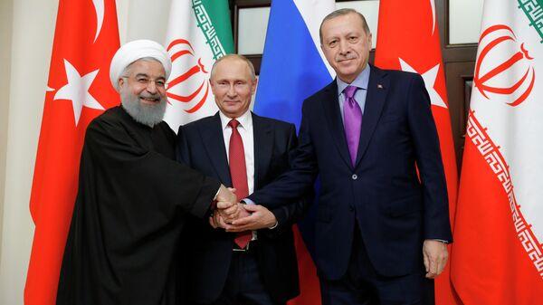 Президент РФ Владимир Путин, президент Ирана Хасан Рухани и президент Турции Реджеп Тайип Эрдоган во время встречи