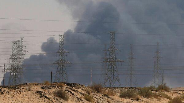 Дым от пожара на нефтеперерабатывающем заводе Saudi Aramco