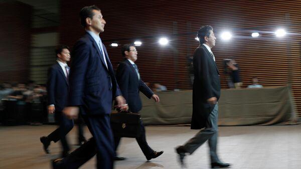 Премьер-министр Японии Синдзо Абэ покидает свою резиденцию, направляясь в Императорский дворец в Токио, Япония. 11 сентября 2019