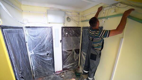 Укладка кабеля в короб во время капитального ремонта в подъезде жилого дома