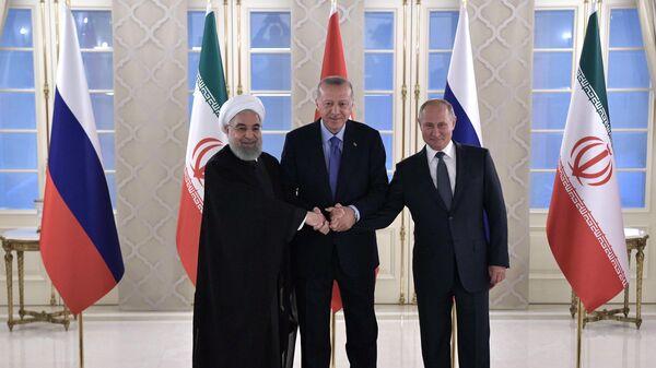 Президент РФ Владимир Путин, президент Турции Реджеп Тайип Эрдоган и президент Ирана Хасан Рухани на церемонии фотографирования участников встречи глав государств - гарантов Астанинского процесса содействия сирийскому урегулированию.