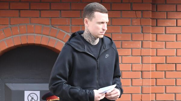 Футболист Павел Мамаев у КПП исправительной колонии №4 города Алексеевка Белгородской области. 17 сентября 2019