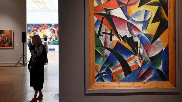Посетительница на выставке коллекционера Георгия Костаки в Третьяковской галерее на Крымском Валу