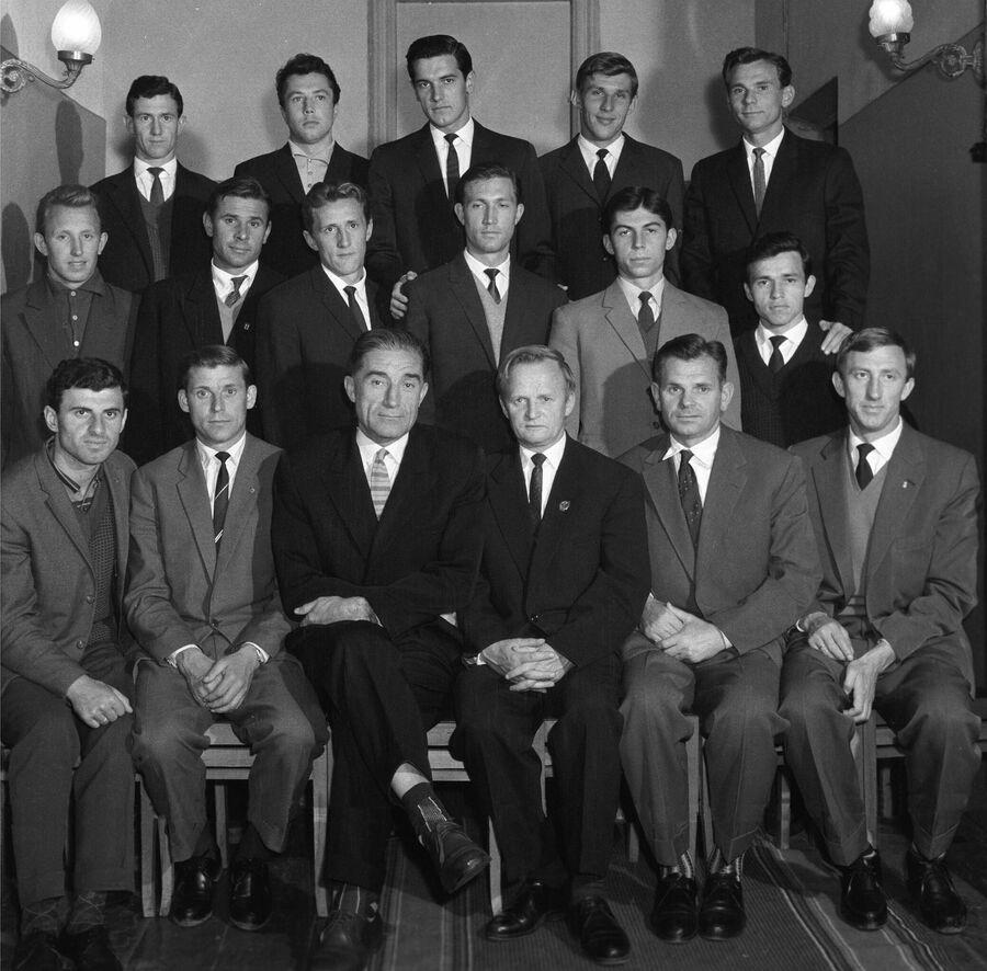 Футболисты сборной команды СССР 1961 года, главный тренер сборной СССР Гавриил Качалин (четвертый слева)