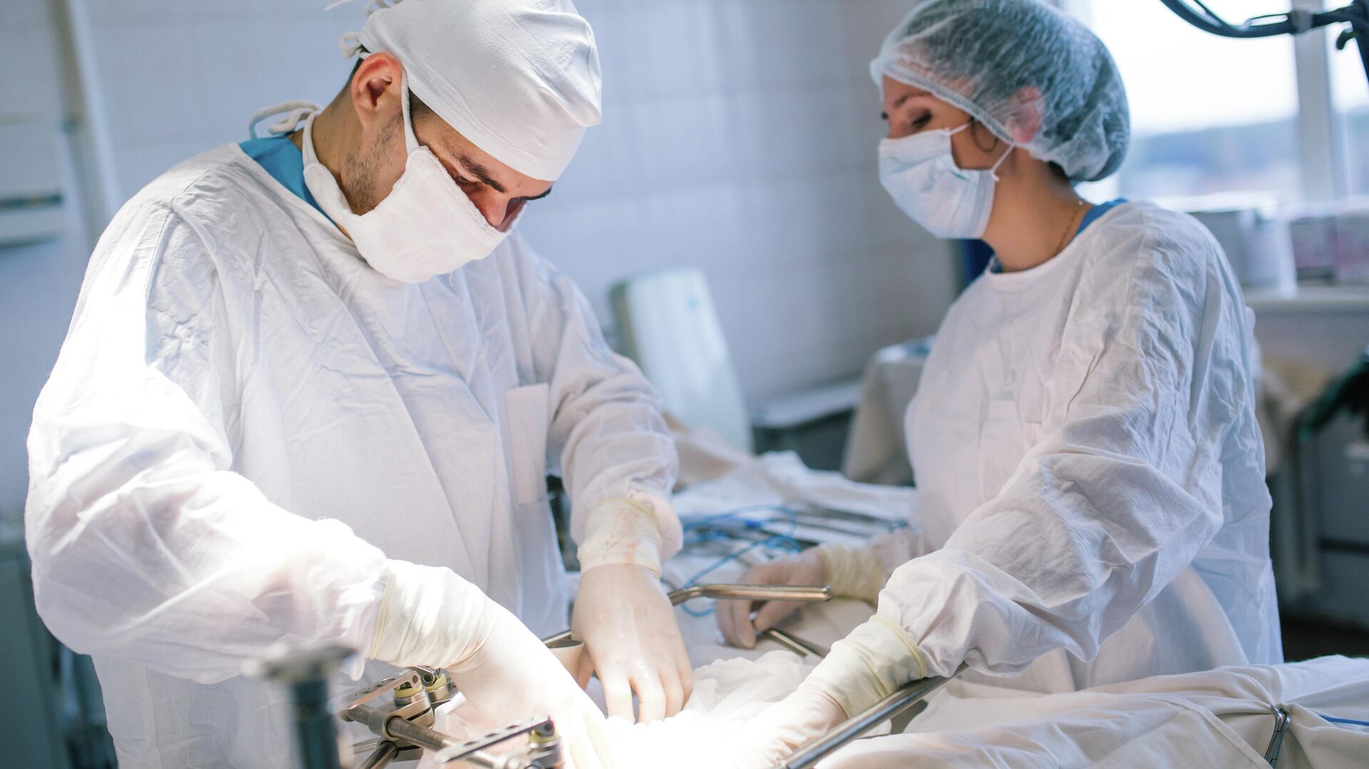 Хирурги на операции по удалению злокачественной опухоли  - РИА Новости, 1920, 07.04.2021
