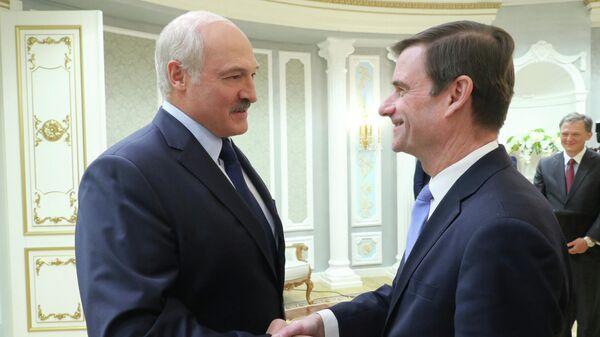 Президент Белоруссии Александр Лукашенко и заместитель государственного секретаря США по политическим вопросам Дэвид Хэйл во время встречи в Минске. 17 сентября 2019