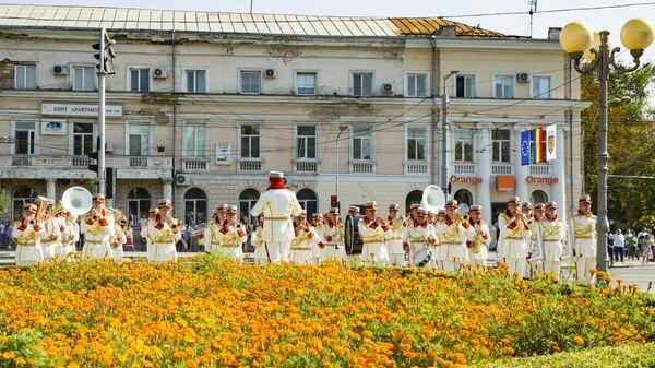Музыканты военного духового оркестра в Кишиневе