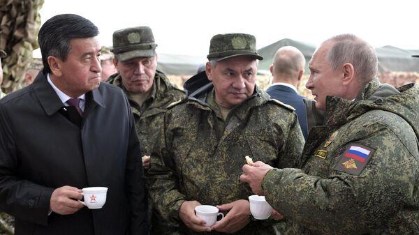 Владимир Путин, Сергей Шойгу, Валерий Герасимов и Сооронбай Жээнбеков на полигоне Донгуз