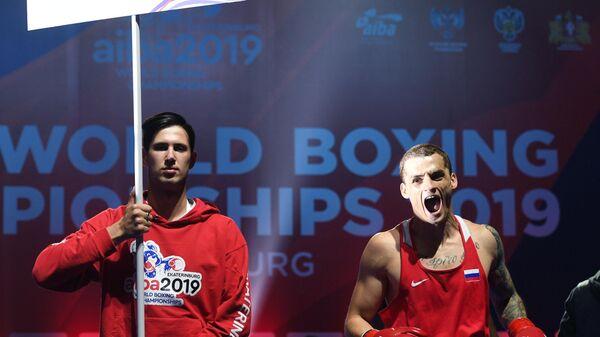 Справа: Глеб Бакши (Россия) радуется победе в финале по боксу в категории до 75 кг на ХХ чемпионате мира по боксу в Екатеринбурге.