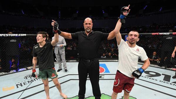 Бойцы UFC Аскар Аскаров (справа) и Брэндон Морено (слева)