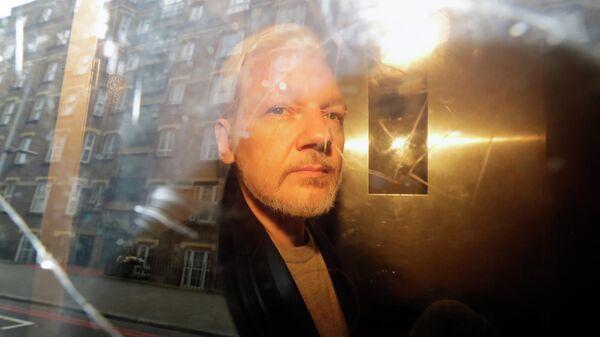 Основатель WikiLeaks Джулиан Ассанж у здания суда в Лондоне, Великобритания. 1 мая 2019