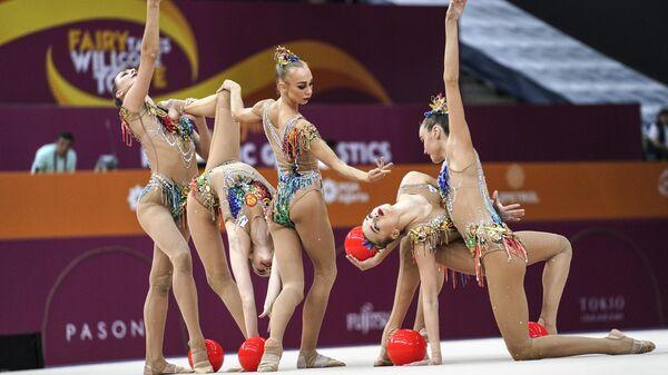 Гимнастки сборной России выполняют упражнения с пятью мячами в финале групповых соревнований в отдельных видах на чемпионате мира по художественной гимнастике 2019 в Баку.