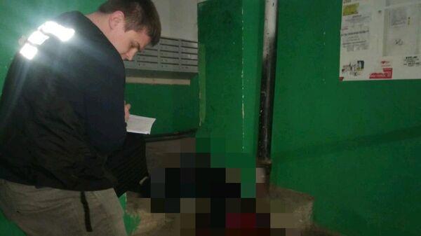 Сотрудник правоохранительных органов на месте убийства 18-летней девушки в Саратове