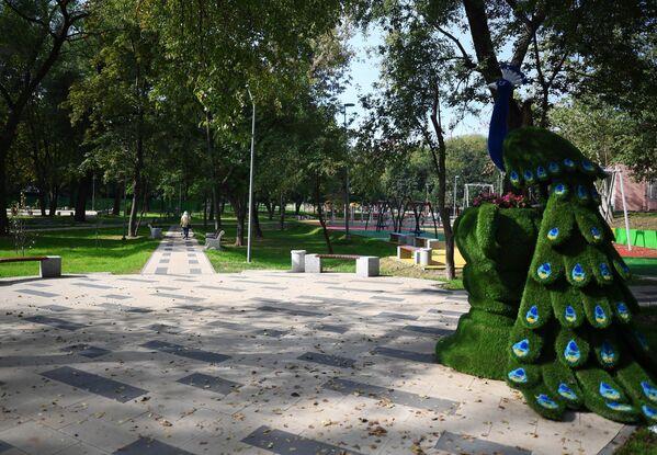 Декоративная фигура топиари в благоустроенном сквере у КЦ Онежский на улице Флотская в Москве