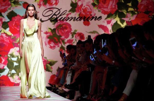 Модель во время показа коллекции Blumarine на Неделе моды в Милане