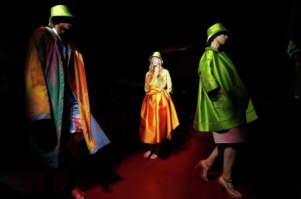 Модель во время показа коллекции Peter Pilotto на Неделе моды в Милане