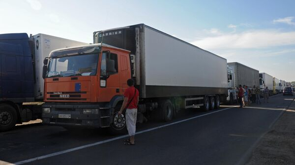 Грузовые автомобили на границе Украины и Крыма у пограничного пункта Каланчак