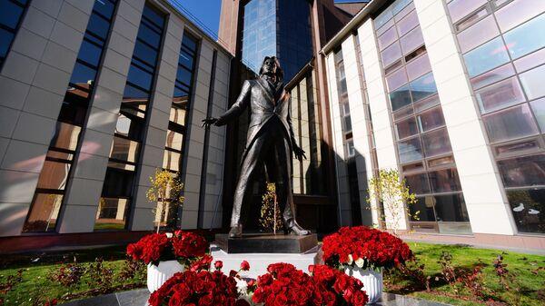 Памятник оперному певцу Дмитрию Хворостовскому в сквере на нижнем ярусе Сибирского государственного института искусств в Красноярске