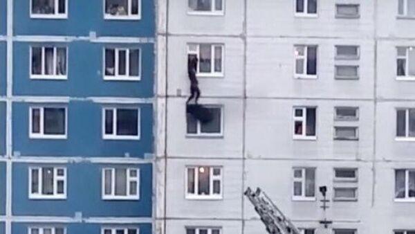 Стоп-кадр видео спасения девушки во время пожара в жилом доме в Нижневартовске