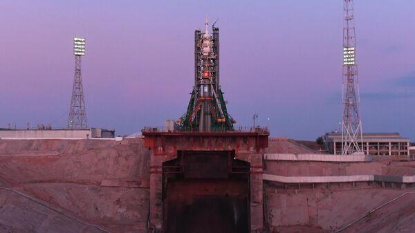 Ракета-носитель Союз-ФГ с пилотируемым кораблем Союз МС-15 на стартовом столе космодрома Байконур
