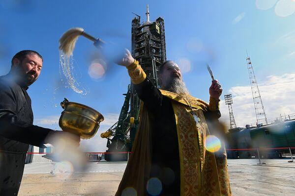 Духовник Роскосмоса отец Сергий (Сергей Бычков) во время обряда освящения ракеты-носителя Союз-ФГ с пилотируемым кораблем Союз МС-15 на стартовой площадке космодрома Байконур